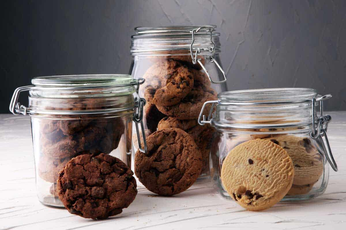 Chocolate cookies in a glass jars, Do Cookie Jars Keep Cookies Fresh? [Inc. special tips]