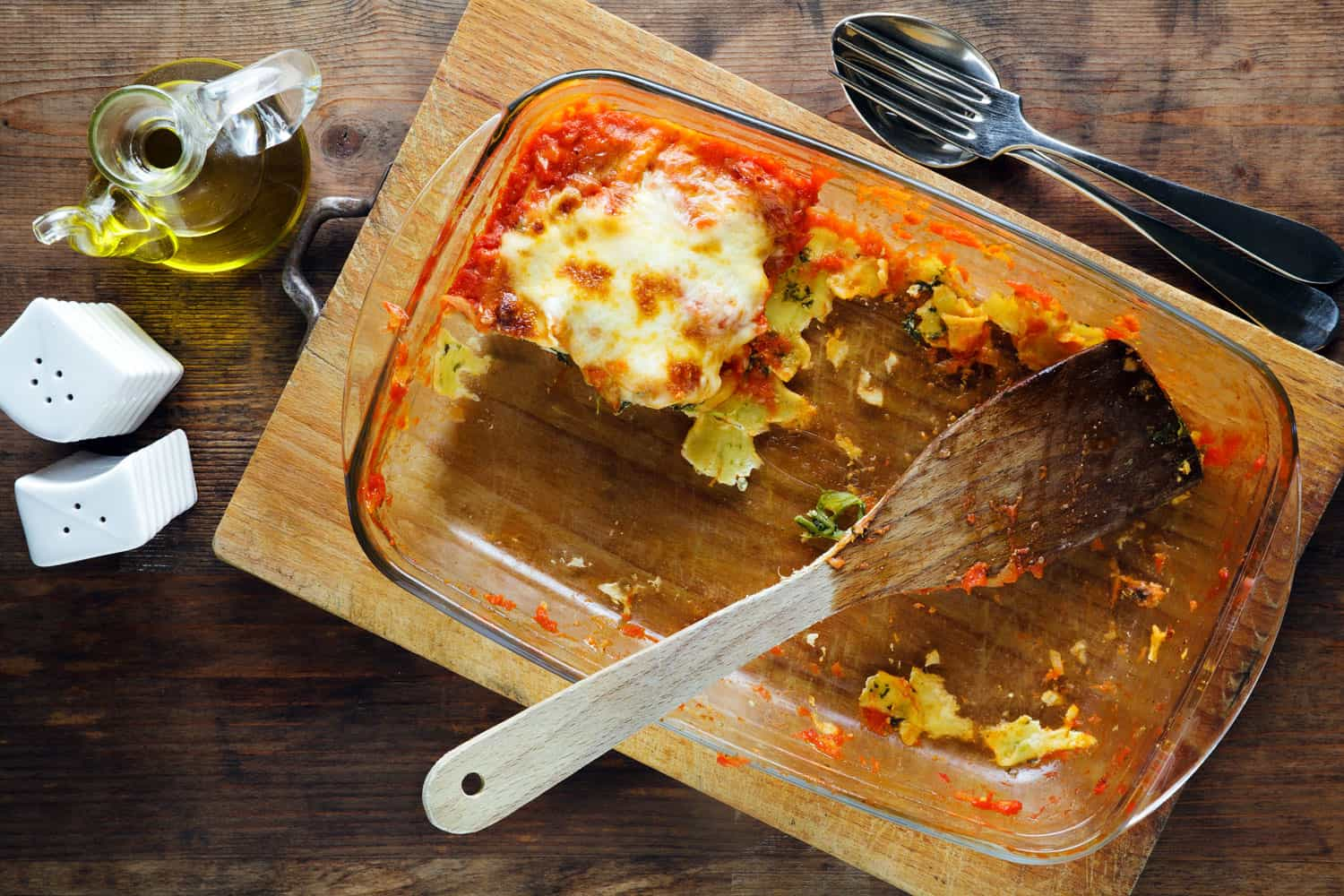 A last piece of lasagna on a glass pyrex