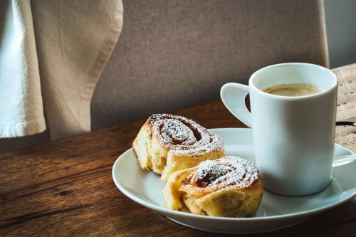Read more about the article 10 Cinnamon Roll Topping Ideas To Elevate The Taste