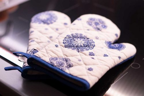 Can I Use A Towel Instead Of An Oven Mitt?