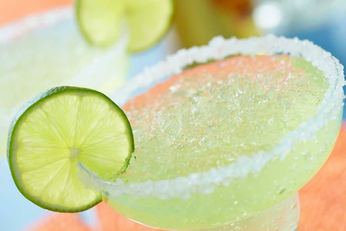 Margarita drink with lemon