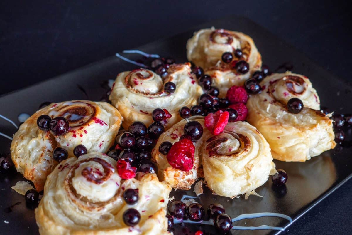 10 Cinnamon Roll Topping Concepts To Elevate The Style
