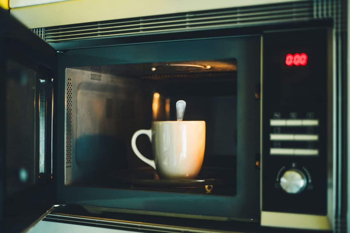 The mistake of putting a cup of coffee with a spoon into the microwaves
