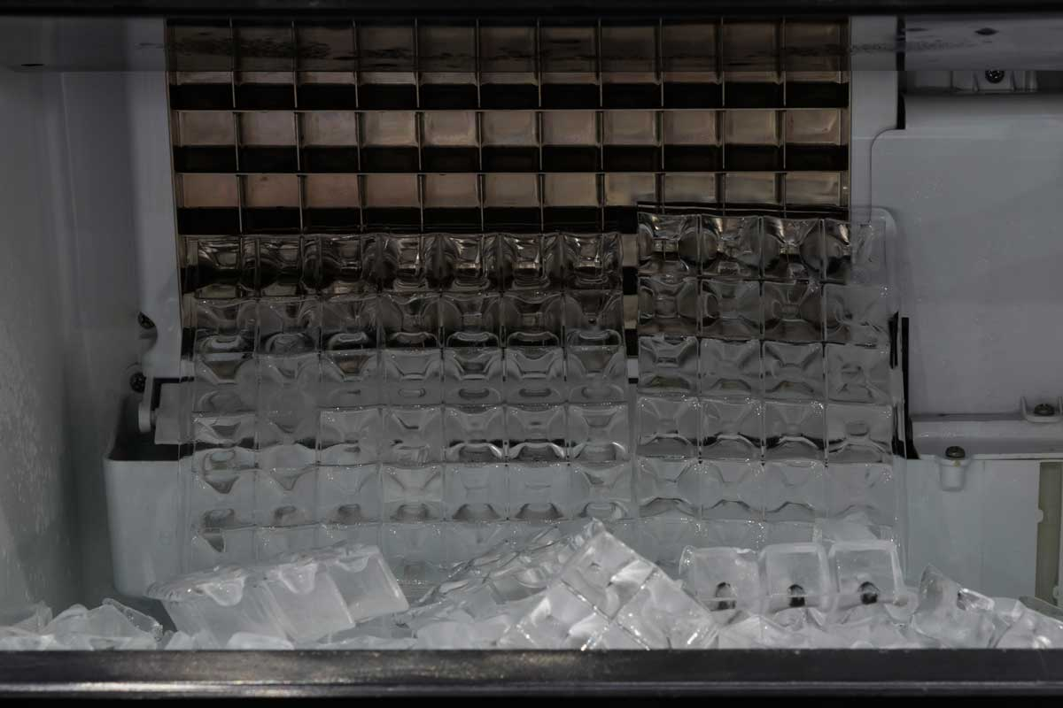 Ice cube in ice making machine, Do Ice Makers Turn Off Automatically?