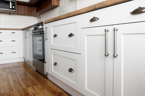 Read more about the article Do Kitchen Cabinets Need Handles? [Inc. Handleless Options]